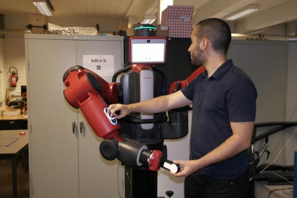 VUB-onderzoeker laat robots en mensen beter samenwerken