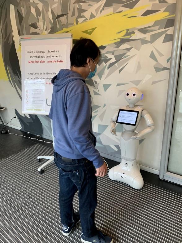 UZ Brussel test met BruBotics sociale robot uit in de strijd tegen COVID-19